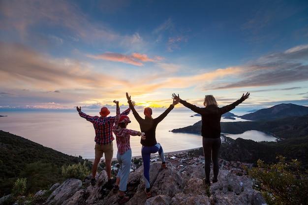 산에서 하이킹에 사람들