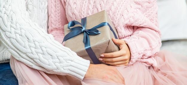 그들의 손에 있는 선물과 사랑에 빠진 사람들. 선택적 초점. 행복하다.