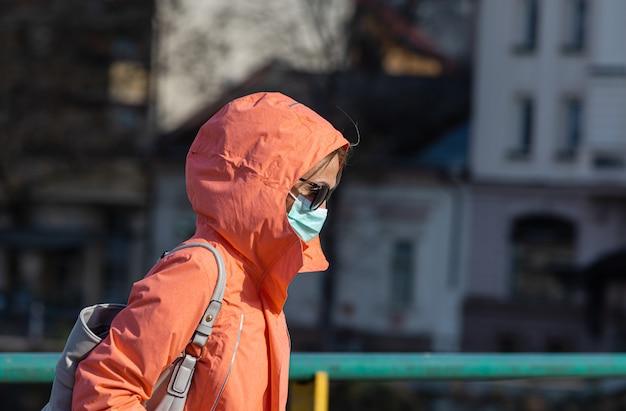 Люди в медицинских масках во время эпидемии коронавируса