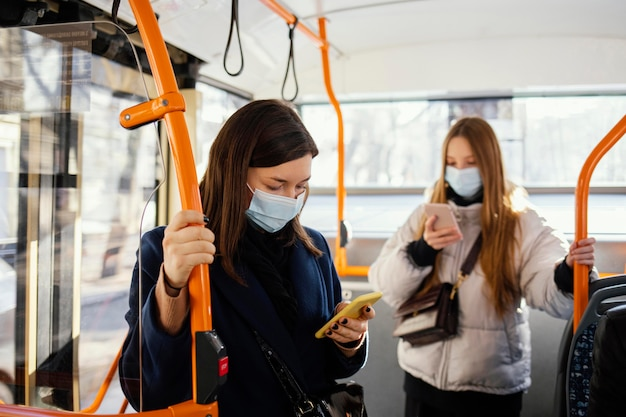 Люди в общественном транспорте в маске