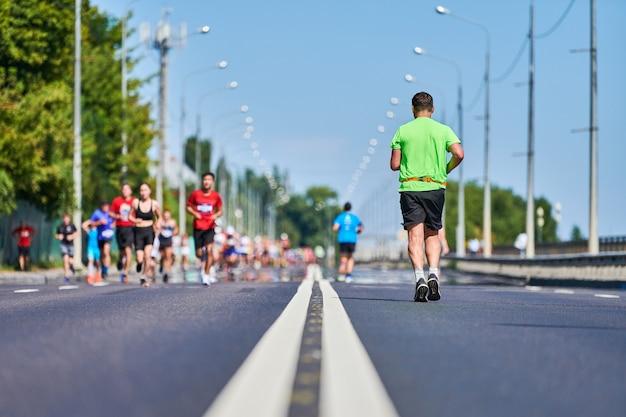 通りを走っているスポーツウェアの人々