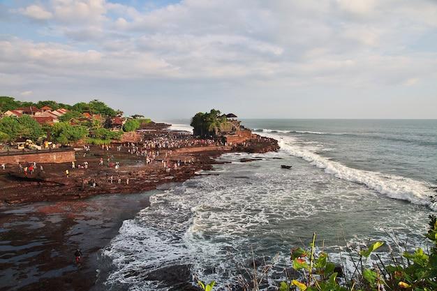 インドネシア、バリ島、タナロット寺院の人々