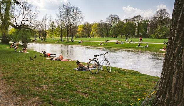 Люди в английском саду, мюнхен, несмотря на вспышку коронавируса