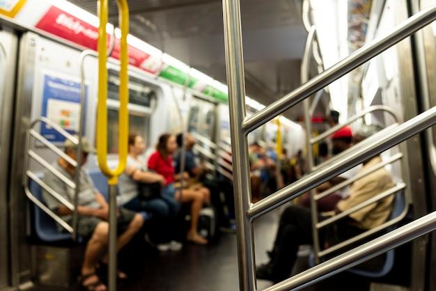 Люди в метро размытым фоном