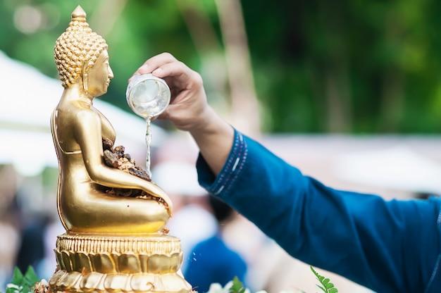 송크란 축제에서 전통 의식에 사람들