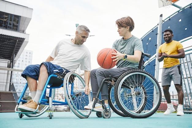휠체어를 탄 사람들이 농구를 하고 있다