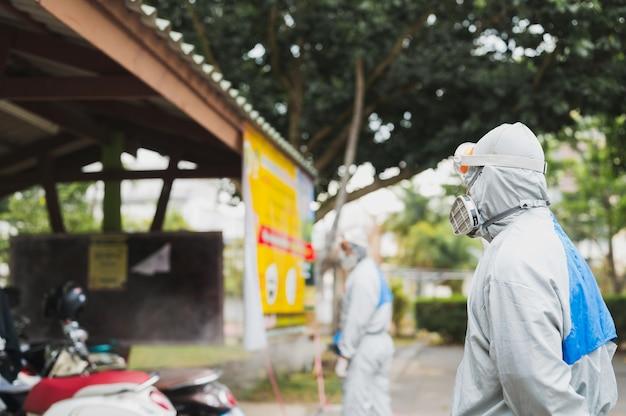 흰색 방호복을 입은 사람들, 도시 거리 청소 및 살균