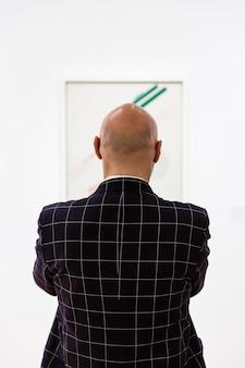 Люди в музее современного искусства в нью-йорке