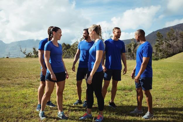 ブートキャンプのトレーニング中に互いに交流する人々