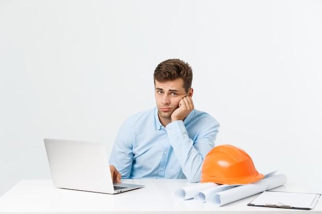 人、仕事、面倒で過労の概念。遅くまで働く退屈な眠そうな男性エンジニア。