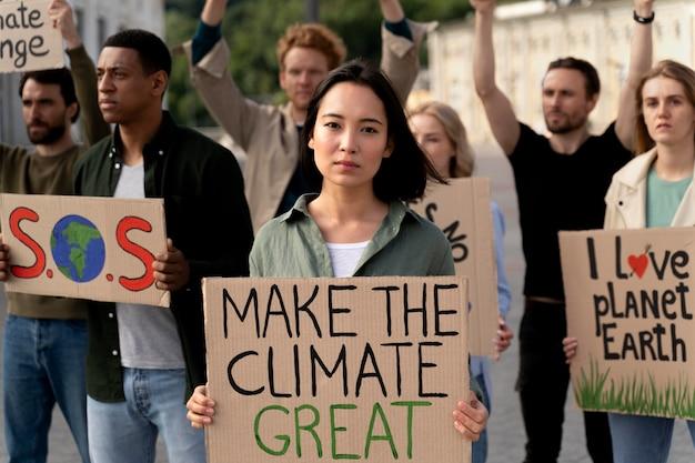 地球温暖化の抗議に参加する人々