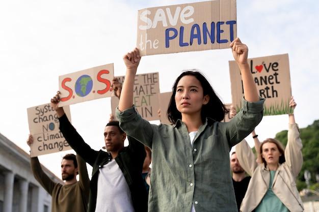 지구 온난화 시위에 참여하는 사람들