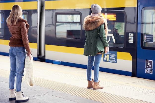 기차역에서 사회적 거리를 유지하는 사람들