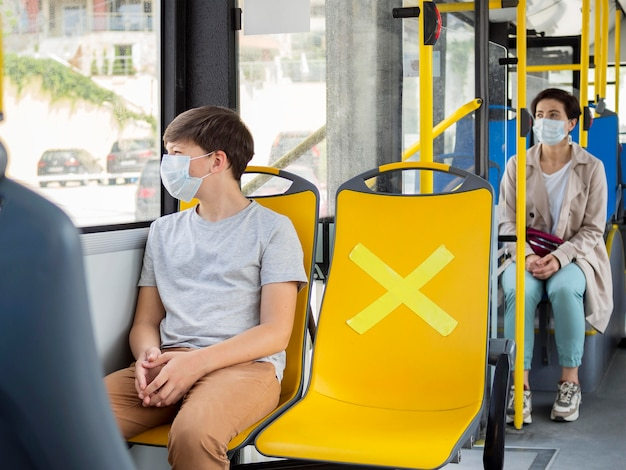 버스에서 사회적 거리를 유지하는 사람들