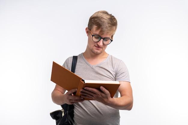 사람, 지식 및 교육 개념입니다. 책을 읽고 학생 남자입니다.