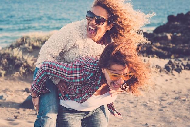 アウトドアレジャー活動でたくさん笑い、友情を楽しむ人々