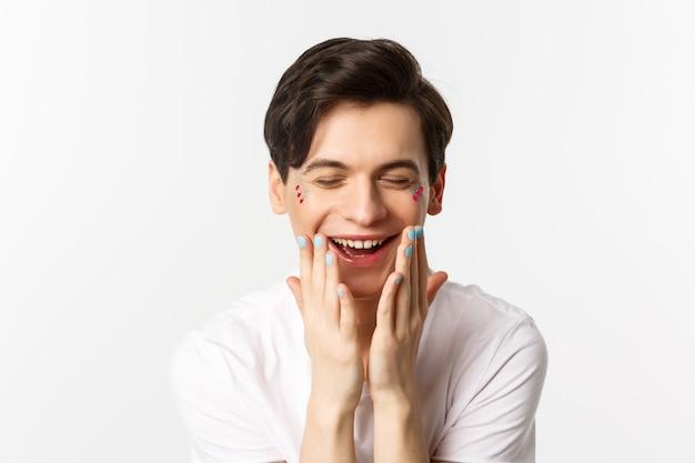 Люди, лгбт и концепция красоты. крупный план красивого гея с полированными ногтями, смеясь и глядя счастливым, белый фон.