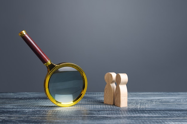 Люди смотрят на огромное увеличительное стекло. поиск и анализ, аналитика и изучение