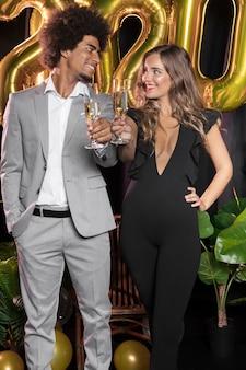お互いを見て、シャンパンのグラスを持っている人
