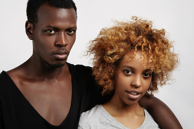 人、愛、そして関係。屋内で休むスタイリッシュな浅黒い肌のカップル
