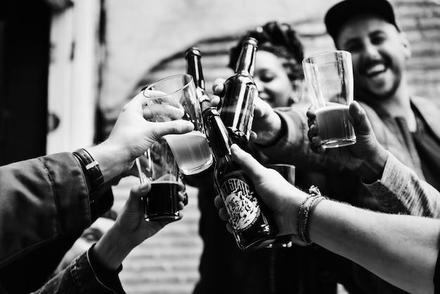 Люди делают тост с пивом