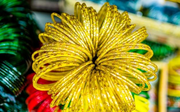 카트만두 네팔에서 샤르완 축제 기간 동안 손에 멘디 예술을 만드는 사람들