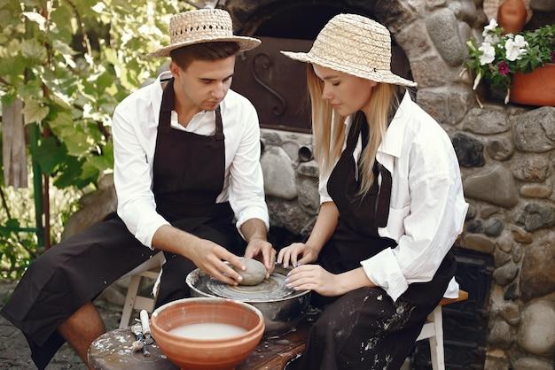 La gente fa vasi con argilla