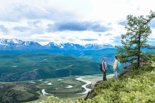 산에서 사람들이 남자와 여자입니다.