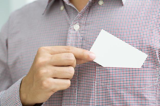 Люди человек рука держать визитные карточки показывают пустую белую карточку