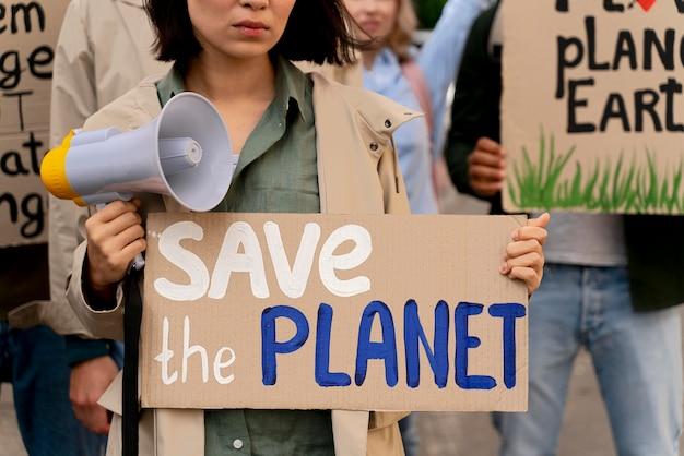 Persone in marcia per protestare contro il riscaldamento globale global
