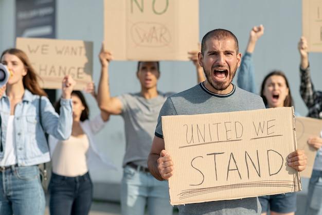 Люди маршируют вместе в знак протеста