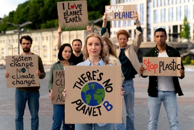Люди идут вместе в знак протеста против глобального потепления
