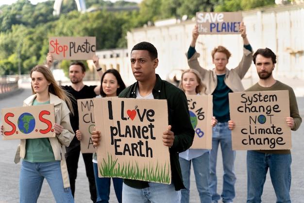 지구 온난화 시위에 함께 행진하는 사람들