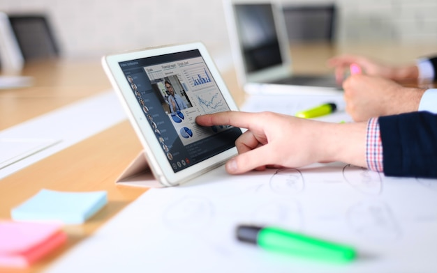 Встреча людей анализирует финансовую статистику в офисе. группа бизнес-команды, имеющая видеоконференцию со своей командой на цифровом планшете, удаленная работа дома.