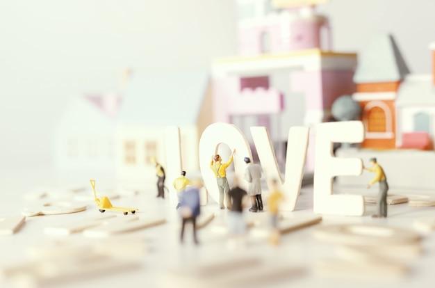 Люди (миниатюра) готовят день святого валентина с текстом «любовь», мягким и избирательным фокусом, как пастельные тона. фон дня святого валентина.