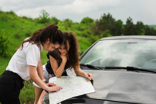여행에서지도를 탐색하는 사람들