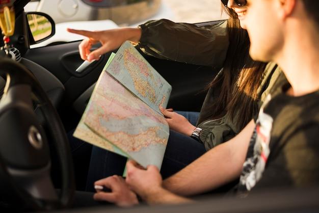 Persone che navigano con la mappa durante un viaggio