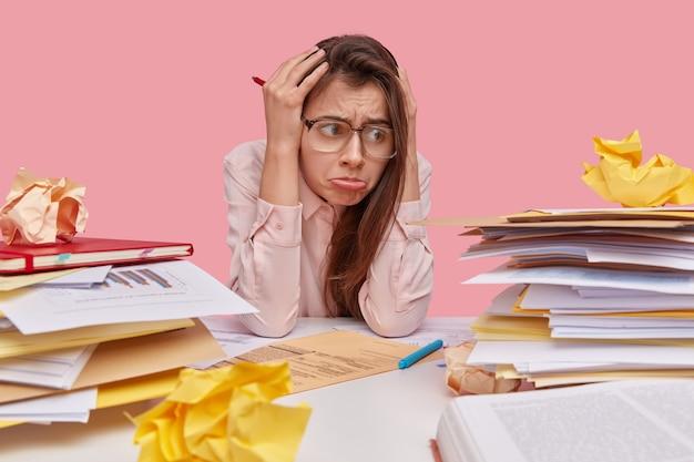 사람, 부정적인 감정과 우울증 개념. 불쾌한 과로 학생은 머리에 손을 대고 초과 근무 후 편두통이 있습니다.