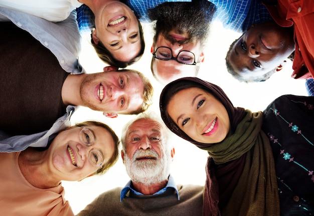 Люди разных возрастов и национальностей веселятся вместе
