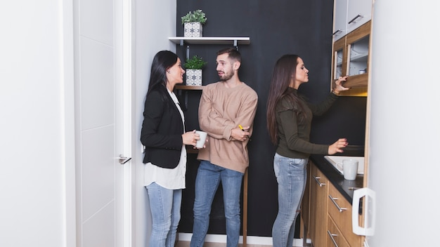 La gente sulla cucina dell'ufficio