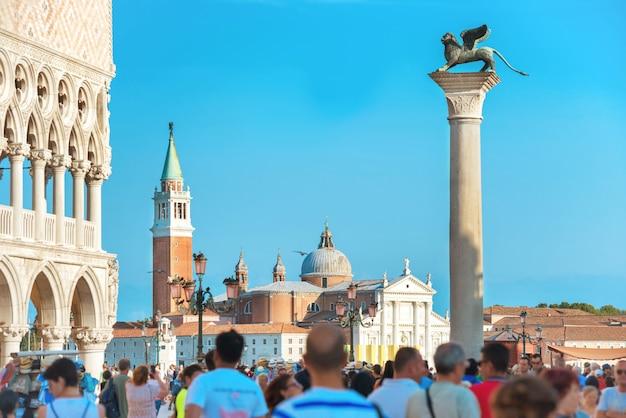 이탈리아 베니스의 유명한 산 마르코 광장에 있는 사람들