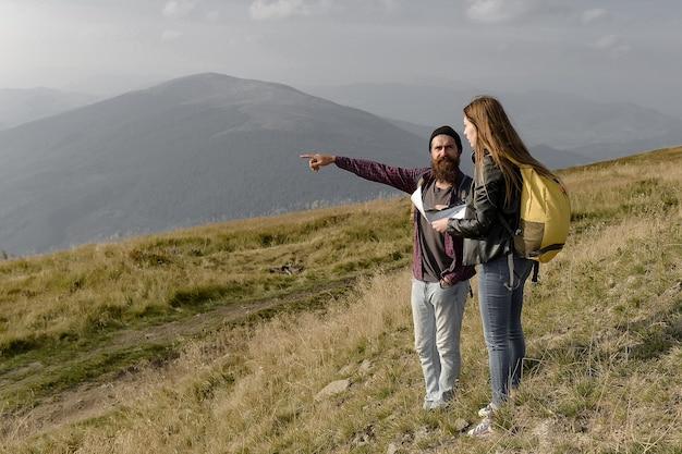 Люди на вершине горы