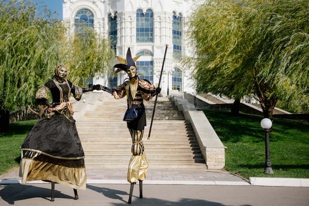 Люди на ходулях в карнавальных костюмах и маскарадных костюмах