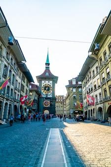 スイスのベルンのzytglogge天文時計塔のあるショッピング街の人々