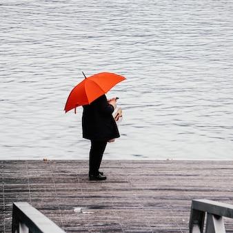 雨の日に傘を持って通りにいる人々、ビルバオ、スペイン