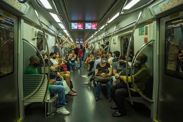 Люди в метро собираются на работу в сан-паулу. сан-паулу-паулу-бразилия, 11 ноября 2020 г.