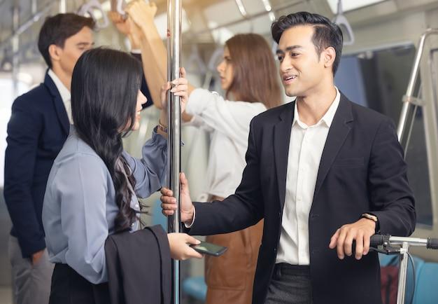 기차에있는 사람들. 하늘 기차에 비즈니스 아시아 사람입니다.