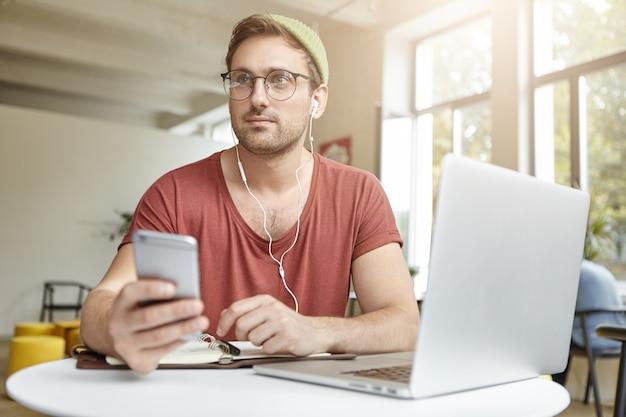 人、オンラインコミュニケーション、近代的な技術の概念。