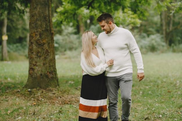Persone in un parco. donna in un maglione bianco.