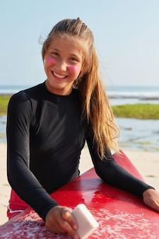 사람, 신체 활동 및 자연 개념. 예쁜 서퍼는 더운 여름날을 즐깁니다.